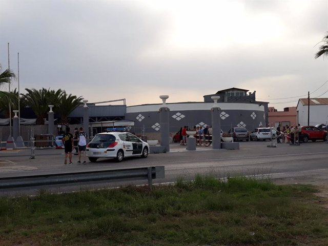 Jóvenes y fuerzas de seguridad a los alrededores del lugar donde se iba a celebrar el Festival Marenostrum Xperience