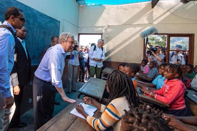 El secretario general de Naciones Unidas en una escuela de Mozambique