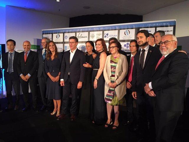 El president de la Xunta de Galicia, Alberto Núñez Feijóo, i el conseller Damià Calvet, amb els premiats