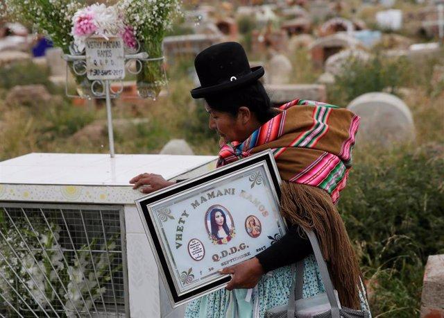 Una madre acude a un cementario en Bolivia para visitar la tumba de su hija asesinada