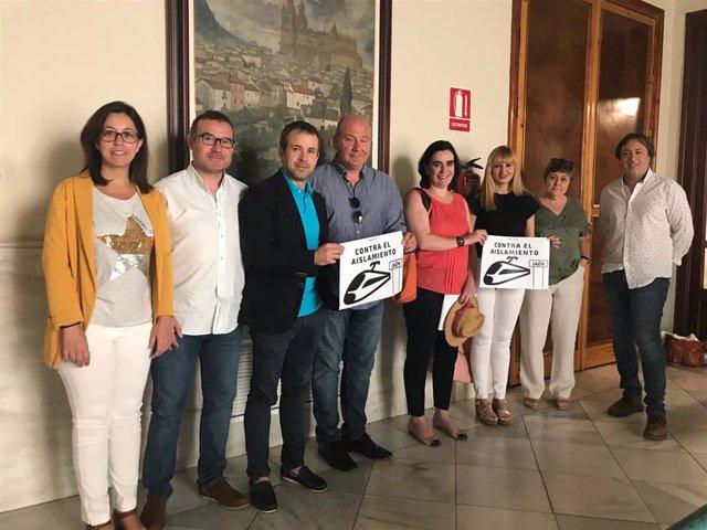 El alcalde con representantes de los grupos y los carteles de la marcha del tren