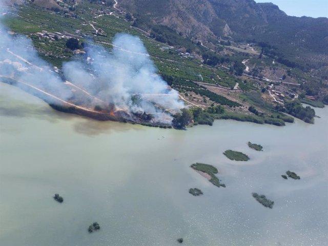 Foto de archivo de un incendio junto al azud de Ojós