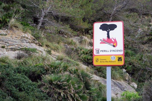 Cartell de prevenció d'incendis forestalas a Cala Sant Vicenç, Pollença (Mallorca)