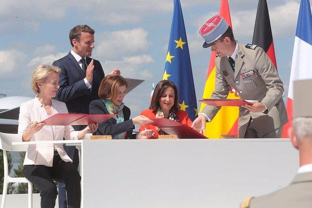 La ministra de Defensa en funciones, Margarita Robles, firma junto a sus homólogas de Francia y Alemania la entrada de España en el programa del futuro caza europeo (FCAS) en el Salón Internacional de la Aeronáutica y el Espacio de París – Le Bourget