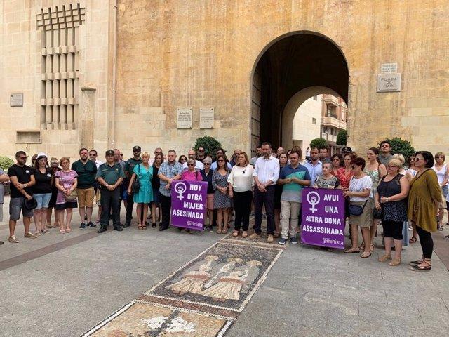 El Ayuntamiento de Elche guarda tres minutos de silencio en repulsa por el último caso de violencia machista