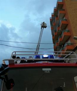 Bomberos trabajando en la extinción de un incendio en Albatera
