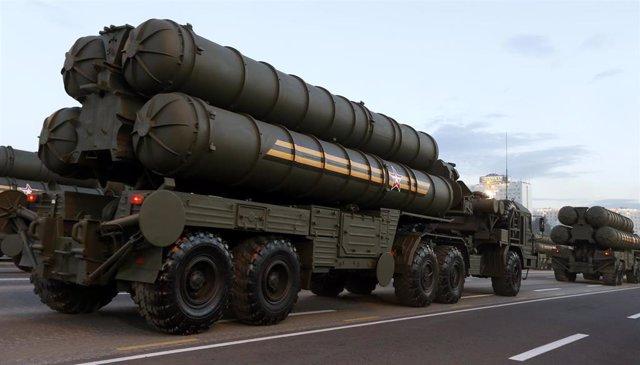 Sistema transportable de misiles S-400 en un desfile militar el 3 de julio de 2014