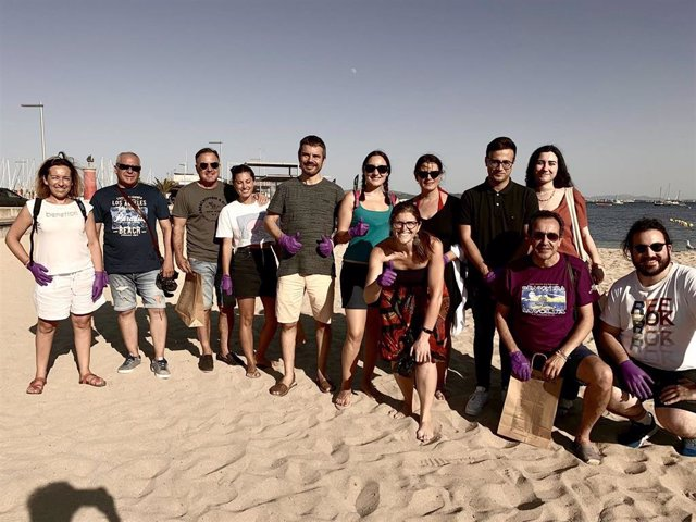 Jóvenes de Cs realizan limpieza de playas para sensibilizar sobre la importancia del medio ambiente.