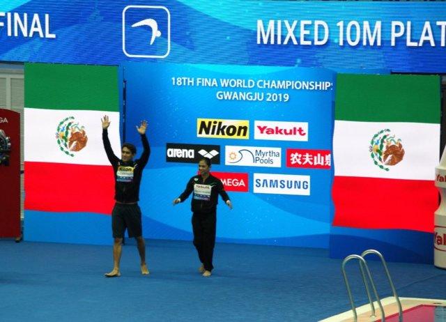María Jose Sánchez y Diego Balleza tras ganar el bronce en el mundial de natación