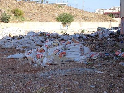 Denunciado un conductor acusado de verter 20 toneladas de legumbres caducadas en una zona verde de Melilla