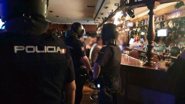 Imatge de l'operatiu de la Policia Nacional a locals d'oci de Palma.