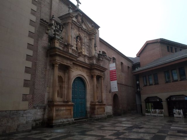 Lluvia en las inmediaciones de la sala de exposiciones del Museo de la Pasión en Valladolid.