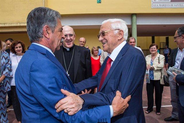 El presidente de Cantabria, Miguel Ángel Revilla, se saluda con el padre Ángel, presidente y fundador de Mensajeros por la Paz, en presencia del cardenal arzobispo de Madrid, Carlos Osoro
