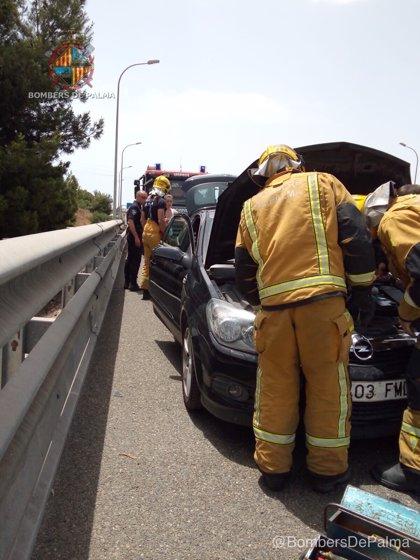 Los Bomberos sofocan un pequeño incendio en un coche en la autopista de Inca