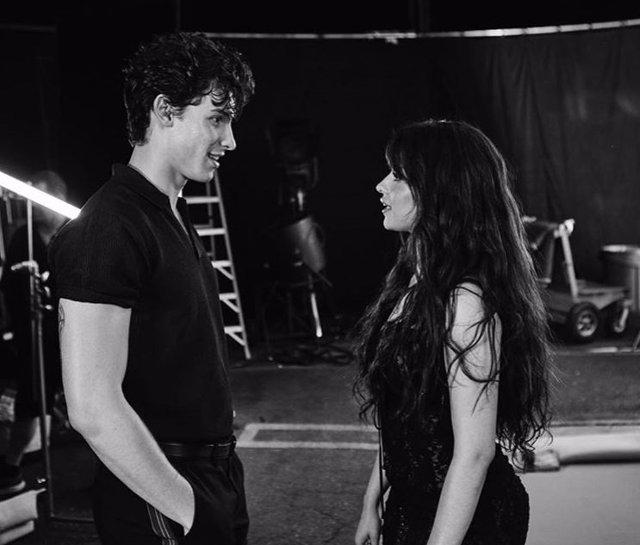 Camila Cabello y Shawn Mendes durante los ensayos de 'Señorita'