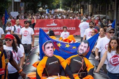 Unas 500 personas se manifiestan en apoyo a Open Arms y las ONG de salvamento en Barcelona