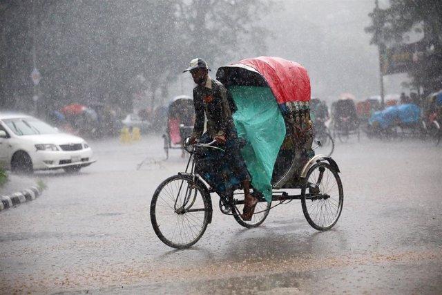Carricoche durante lluvias monzónicas en Bangladesh