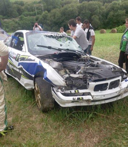 Cuatro heridos leves en el Rally de Miengo en dos salidas de vía, una contra el muro de una finca