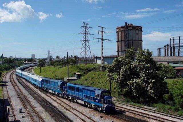 Tren chino circula por primera vez en Cuba