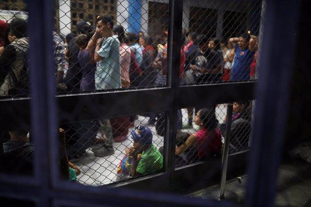 Miles de migrantes venezolanos esperando en Perú