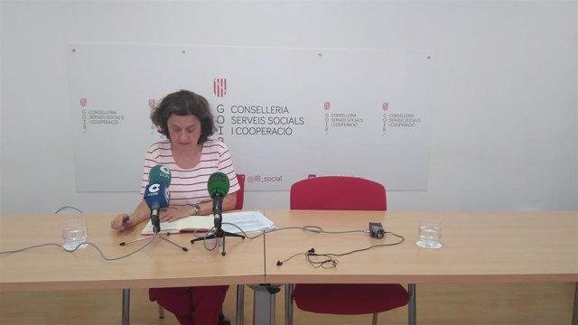 La consellera de Asuntos Sociales y Deportes, Fina Santiago, en rueda de prensa.