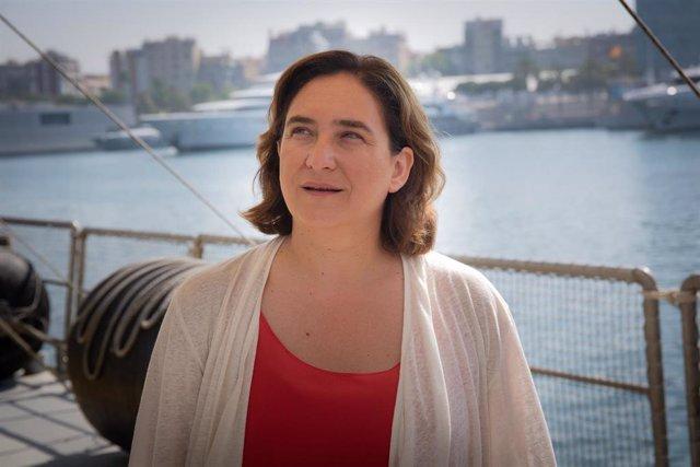 La alcaldesa de Barcelona, Ada Colau,  en Moll d'Espanya-Maremàgnum, donde está atracado el Rainbow Warrior. FOTO DE ARVCHIVO