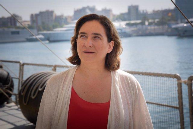 L'alcaldessa de Barcelona, Ada Colau,  en Moll d'Espanya-Maremàgnum, on està atracat el Rainbow Warrior. FOTO D'ARVCHIVO