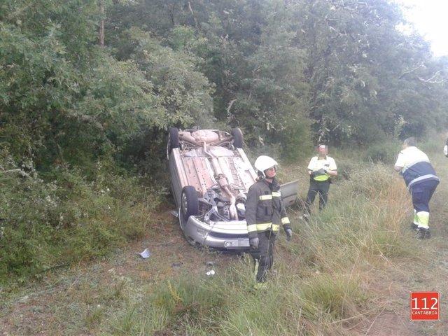 Vehículo volcado en Báscones de Ebro (Palencia)