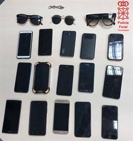 Imagen de los móviles incautados por Policía Foral tras la detención de dos personas por hurto en Pamplona.