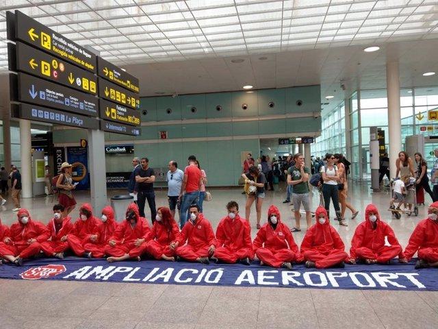 Una veintena de activistas se concentran en el Aeropuerto de Barcelona para pedi