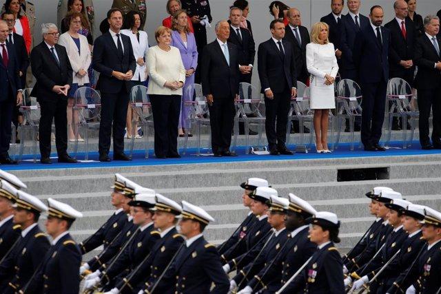 Merkel en el Desfile del Día Nacional de Francia