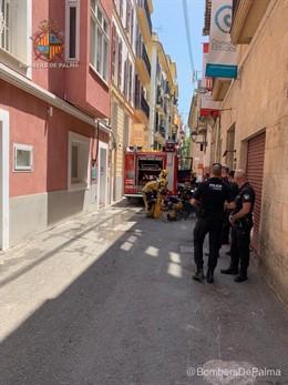 Imagen del operativo que ha sofocado un pequeño incendio en un local del centro de Palma.