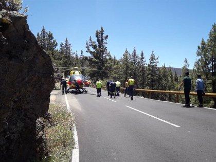 Un herido grave y cinco leves al colisionar un coche y una moto en la TF-21