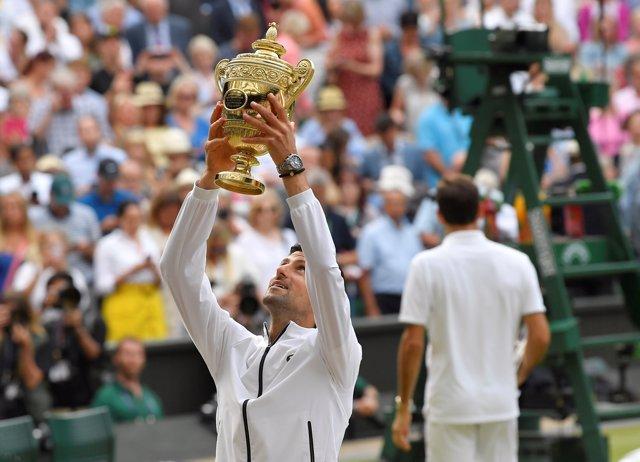 AMP.- Tenis/Wimbledon.- Djokovic gana a Federer una tremenda final de Wimbledon