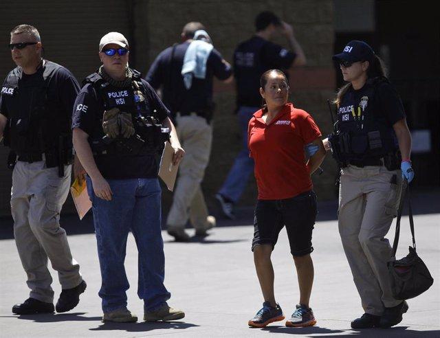 Agentes del ICE detienen a una mujer en Phoenix (Arizona)