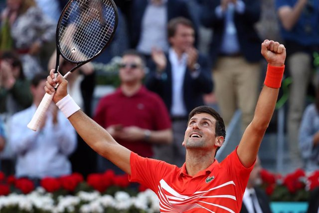 Novak Djokovic celebra su triunfo en el Mutua Madrid Open de 2019