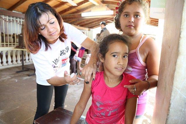 Vacunación durante la Semana de Vacunación en las Americas 2014