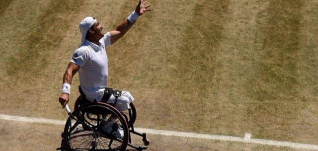 Gustavo Fernández en la cancha de tenis