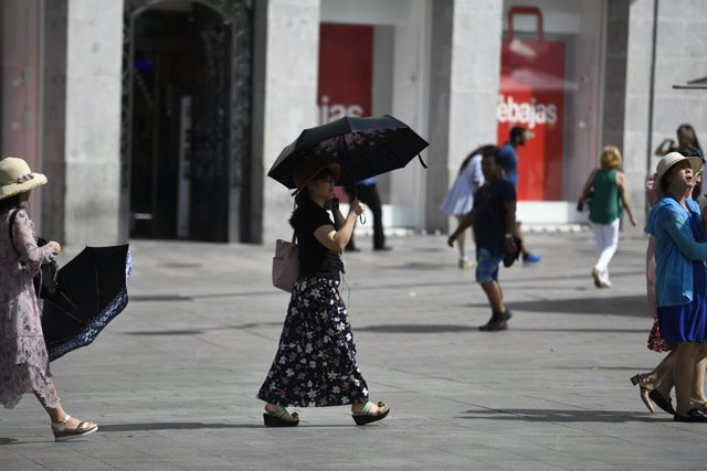 Recursos de calor, verano, sol, buen tiempo, mujer con paraguas