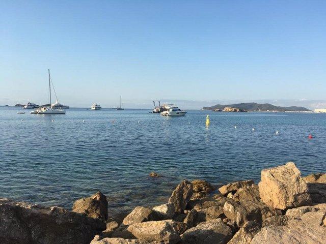 Canal de natación instalado en las aguas abiertas de Puig des Molins, en Ibiza