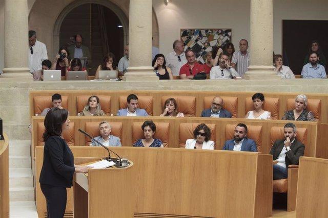 La candidata socialista a la presidencia de La Rioja, Concha Andreu (i), en el Parlamento de La Rioja, durante la primera sesión del pleno de investidura para la elección de la presidenta del Gobierno regional.