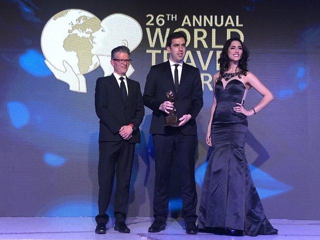 El director comercial corporativo de Barceló Hotel Group en Latinoamérica, Mariano Luján, recoge el premio en los WTA.