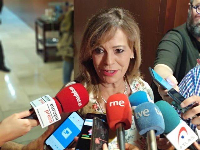 La portavoz de IU en la Junta, Ángela Vallina, atiende a los medios tras el pleno de elección del presidente.