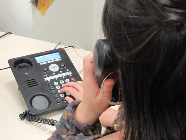 Una mujer hace una llamada telefónica