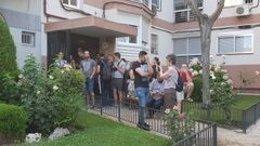 Activistas frente a una casa con orden de desahucio en Latina