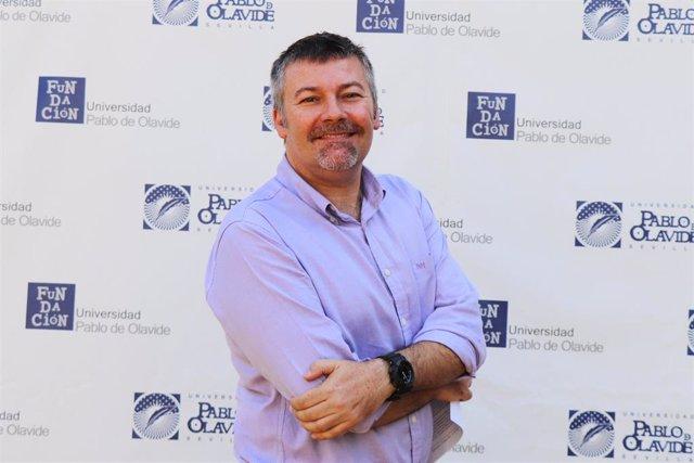 El doctor Juan Manuel Poyato en los cursos de verano de la Universidad Pablo de Olavide (UPO)