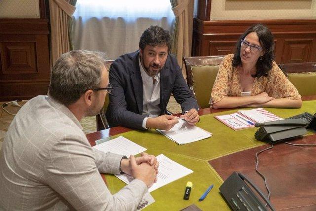 Reunión de los diputados Antón Gómez-Reino (Galicia en Común) y Eva García Sempere (Izquierda Unida) con representantes de las cooperativas agrarias