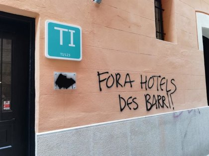 Un establecimiento turístico del centro de Palma amanece con la pintada 'Fuera hoteles del barrio'