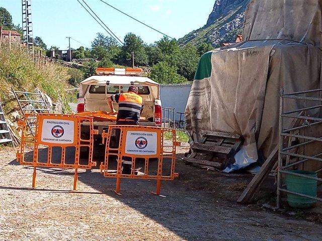 Un agent de Protecció Civil, en el municipi d'Arredondo, barra la zona d'accés a la cova de Cueto-Coventosa , on han desaparegut tres espelelogues d'origen catal.