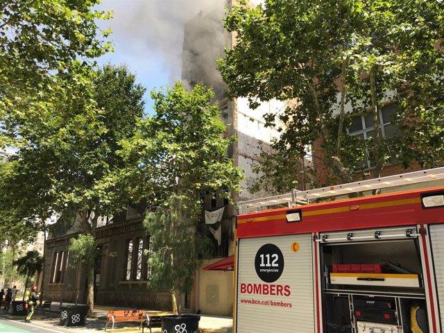 Nou ferits lleus en un incendi en un edifici municipal ocupat de Barcelona